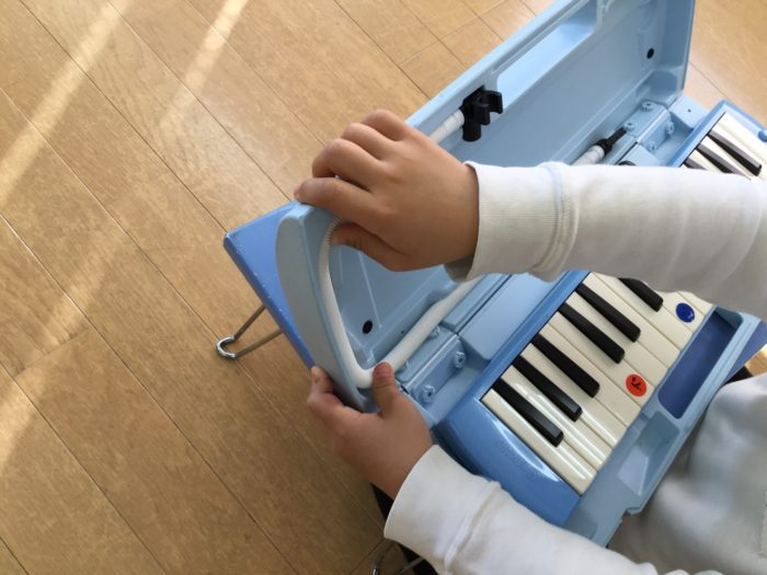鍵盤ハーモニカの取り扱いの練習